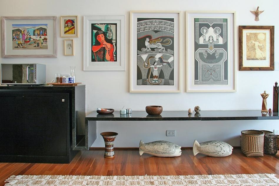 no-projeto-do-apartamento-assinado-por-fgmf-arquitetos-a-proposta-e-preencher-a-extensao-da-parede-com-quadros-que-dialogam-com-os-objetos-de-arte-etnicos-dispostos-no-ambiente-1365166234608_948x632