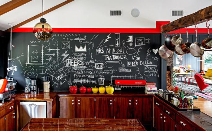 tinta lousa com rabiscos na parede da entrada e da cozinha