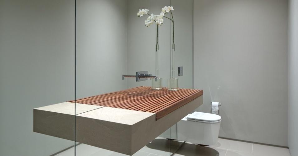 elegante-e-clean-o-banheiro-da-suite-master-possui-poucos-elementos-destaque-para-a-bancada-apoiada-na-parede-de-espelho-com-detalhe-em-ripas-de-madeira-a-casa-da-quinta-da-baronesa