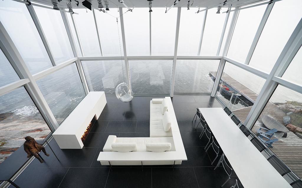 Casa-de-vidro-com-arquitetura-minimalista-decoracao-com-muito-branco