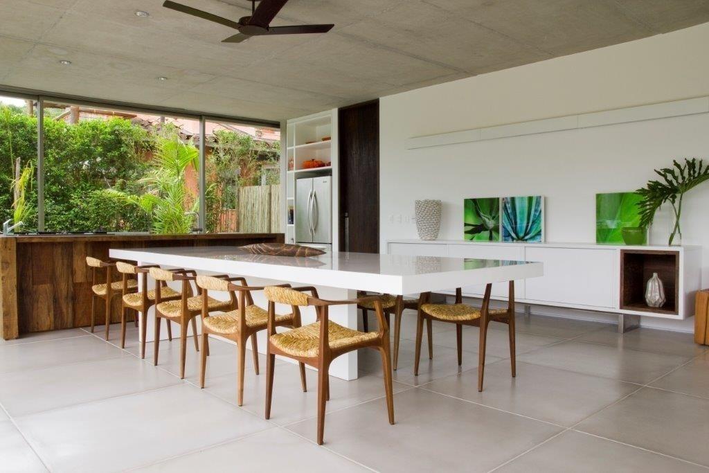 decorada-por-marilia-veiga-a-casa-de-praia-possui-uma-ampla-area-gourmet-com-mesa-de-jantar-clami-em-laca-branca-e-cadeiras-feitas-de-madeira-e-fibra-clami-destaque-para-o-1402925448755_1024x683