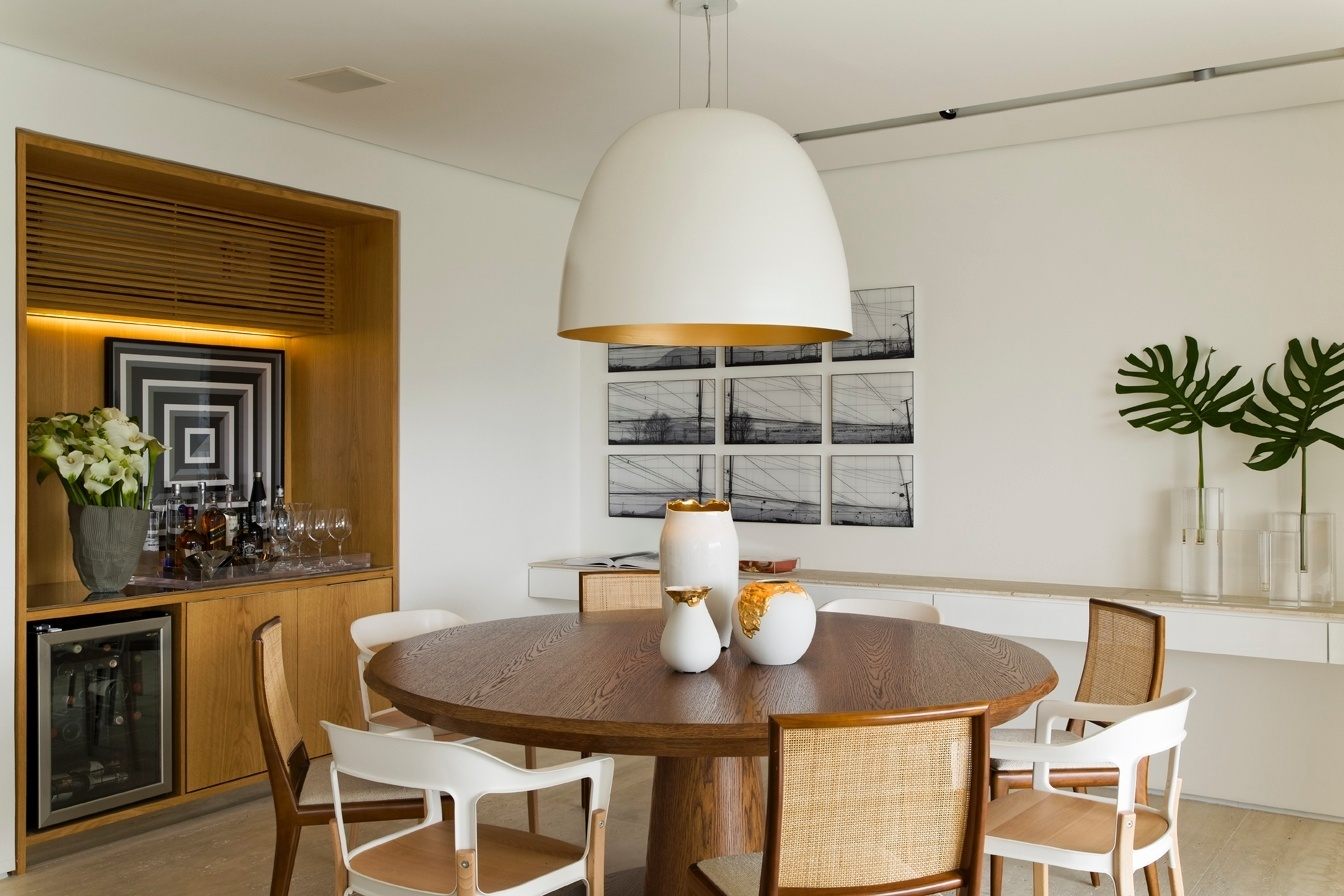 o-ambiente-da-sala-de-jantar-possui-mesa-redonda-em-carvalho-americano-da-vermeil-com-cadeiras-em-dois-modelos-alternados-da-dpot-e-da-micasa-a-mesma-madeira-aparece-no-1430327239531_1344x896